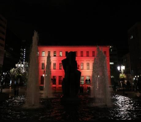 Το δημαρχείο της Αθήνας φωτίστηκε στα χρώματα της τουρκικής σημαίας