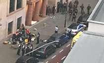 Άνδρας επιτέθηκε με σπαθί σε αστυνομικούς έξω από το Μπάκιγχαμ.